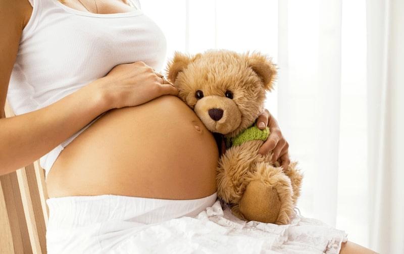 Femme enceinte qui va annoncer sa grossesse à ses proches