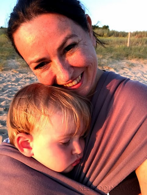 Aller à la plage avec bébé avec l'écharpe de portage