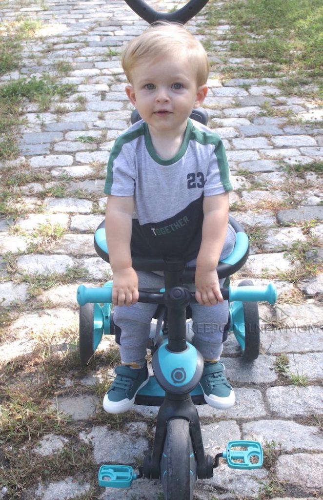 Bébé garçon habillé pour la rentrée avec une tenue sportwear de Vertbaudet