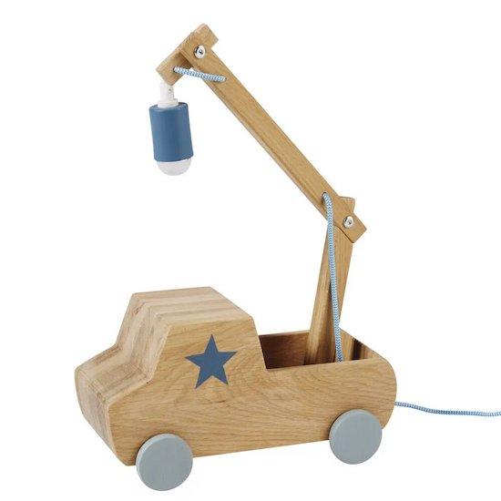 Mignonne lampe camion en pin PETIT BOLIDE de Maisons du Monde pour éclairer la chambre de bébé