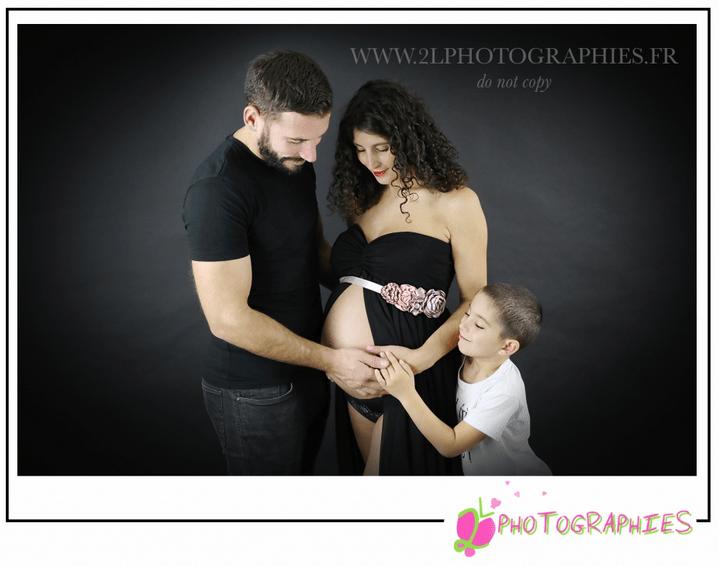 Photo de famille avec une maman enceinte prise par la photographe Ludivine du site : www.2lphotographies.fr