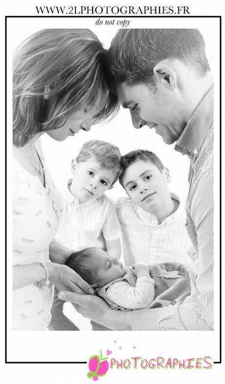 Photo de famille en noir et blanc prise par la photographe Ludivine du site : www.2lphotographies.fr