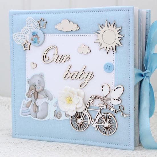 Album de scrapbooking à offrir comme cadeau de naissance personnalisé - Créatrice ETSY : NatysMagicRoom