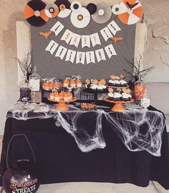 Sweet table avec plein de toiles d'araignées pour une baby shower Halloween