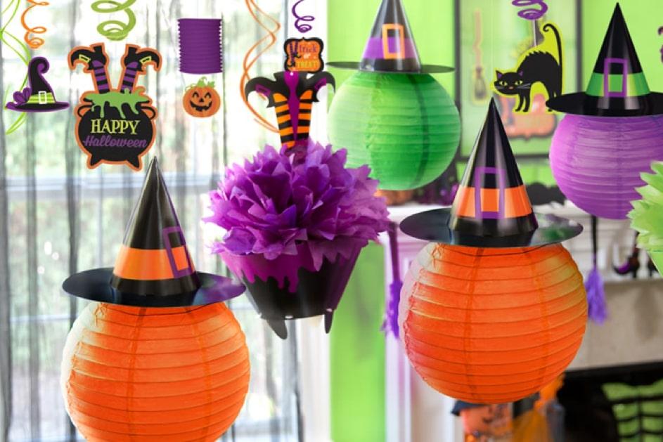 Boules lanternes au plafond pour une baby shower Halloween