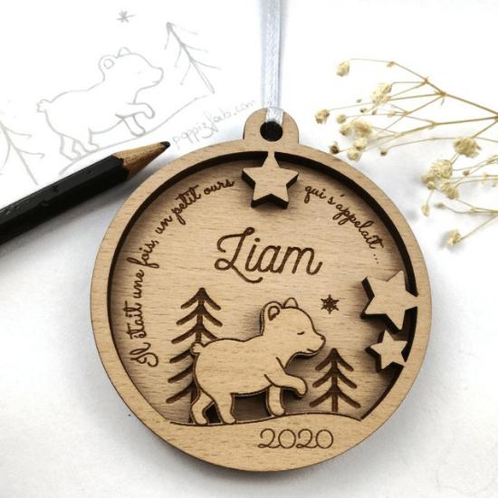 Ornement en bois à personnaliser avec un ourson en 3D à mettre sur le sapin : idée cadeau de Noël pour bébé - Créatrice ETSY : PoppizFab
