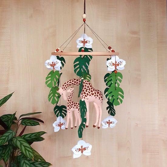 Mobile girafe pour chambre bébé sur le thème jungle/safari - Créatrice ETSY : DecorOfFelt
