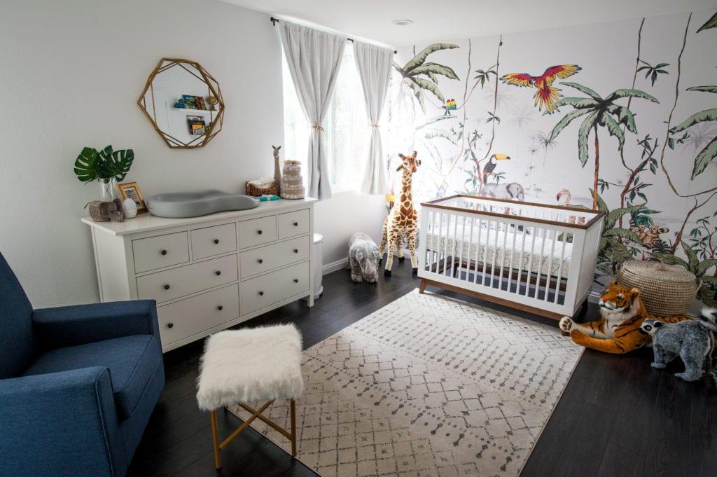 Chambre bébé jungle moderne chic avec un joli papier peint