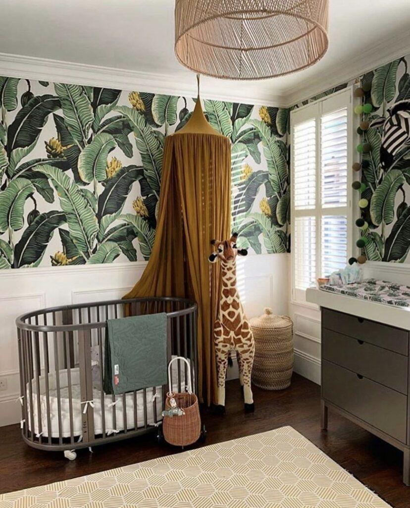 Chambre bébé jungle tropical dans les tons marron et vert