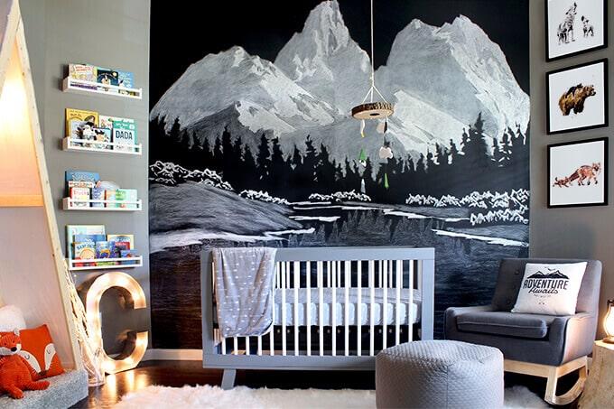 Idée déco d'une chambre bébé garçon montagne moderne dans les tons de gris