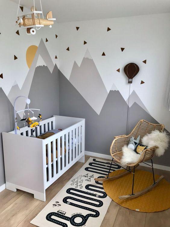 Chambre bébé jaune et grise moderne dans les tons chauds