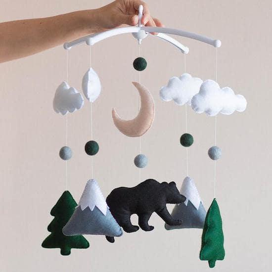Mobile bébé sur le thème de la montagne avec un ours de la forêt - Créatrice ETSY : ChilDreams