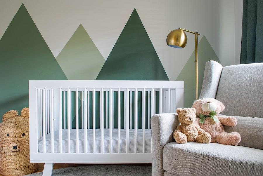 Chambre bébé verte au style montagne naturelle