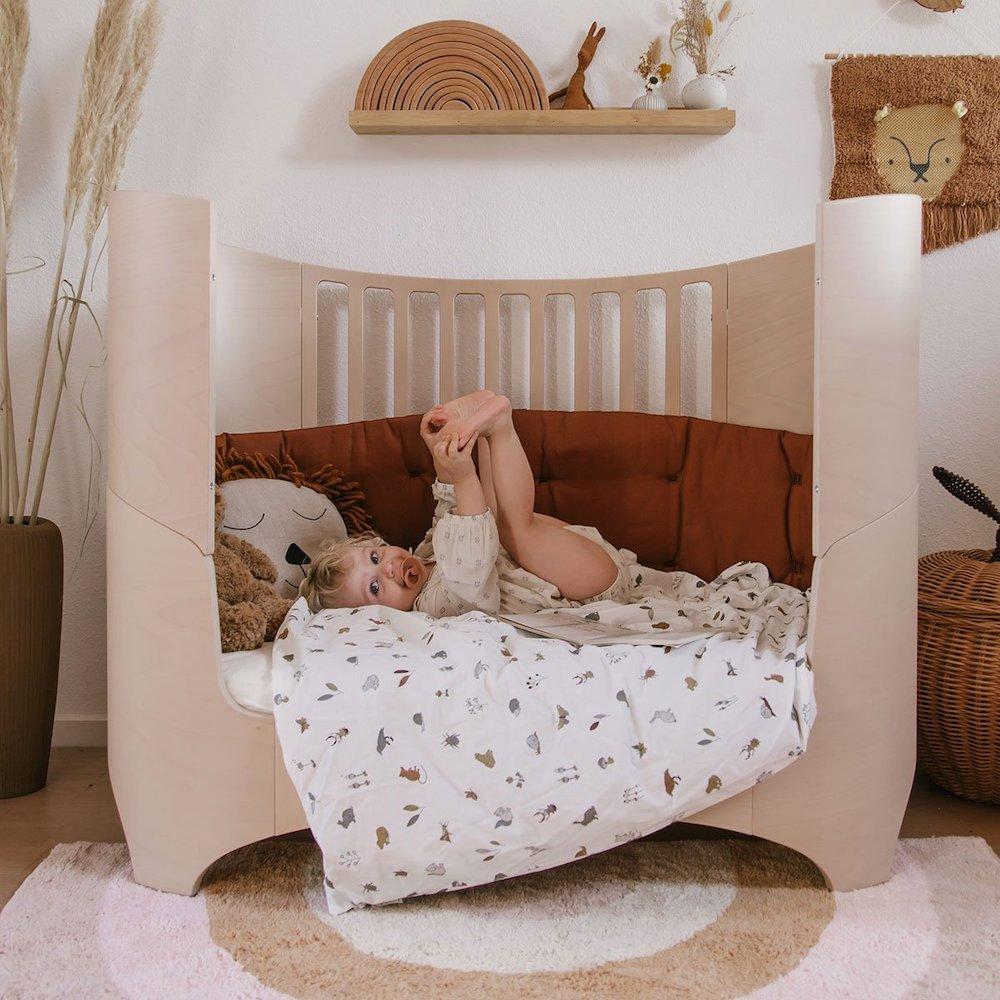 Chambre bébé naturelle au design sobre et élégant avec un beau lit en bois