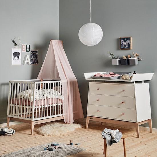 Idée déco d'une chambre bébé naturelle Leander avec son lit design et fonctionnel