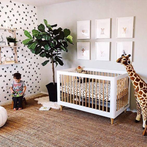 Chambre bébé style urban jungle avec une jolie peluche girafe