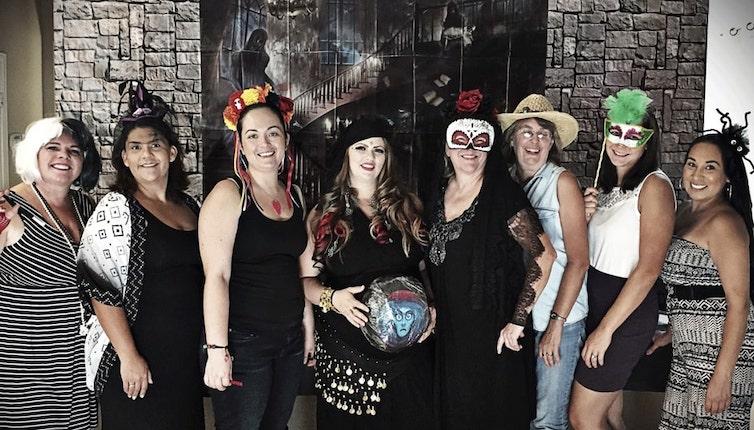 Photo de groupe de femmes déguisées pour Halloween