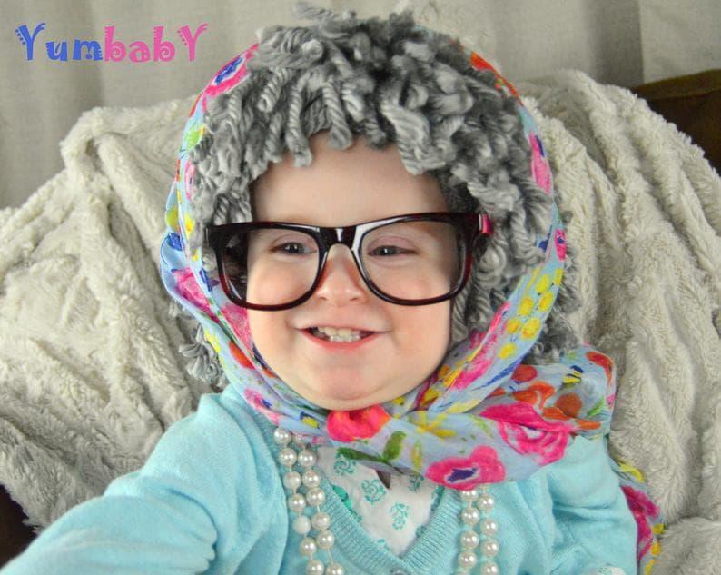 Costume Halloween bebe avec la panoplie des accessoires de grand-mère : perruque, lunette, foulard