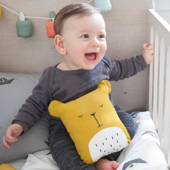 Doudou coussin ours jaune moutarde pour réconforter bébé