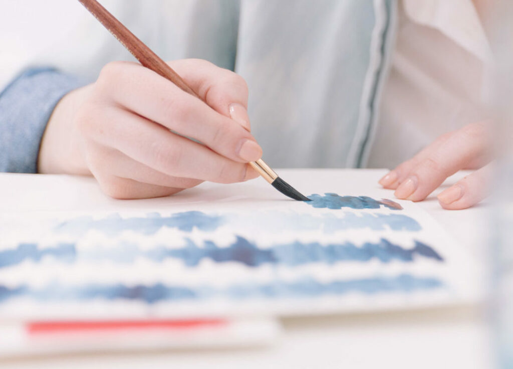 Une femme peint une peinture