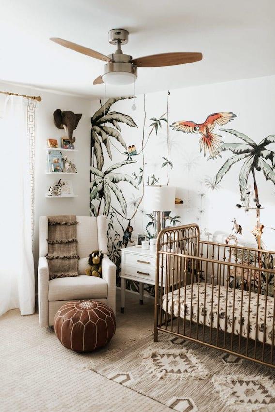 Inspiration chambre bébé jungle assez chargé avec son papier peint à motif