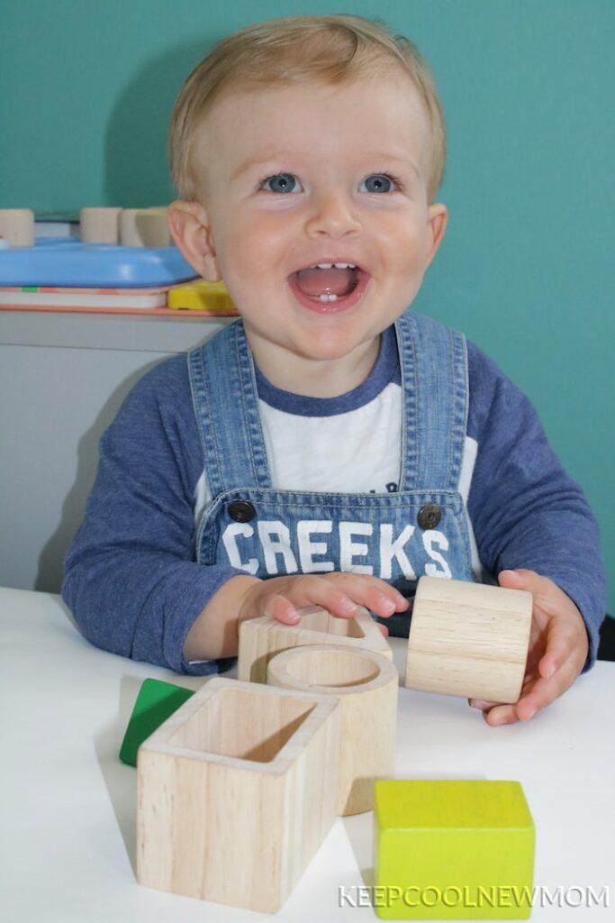 Ensemble de jolis blocs en bois d'inspiration Montessori à imbriquer de Plan Toys