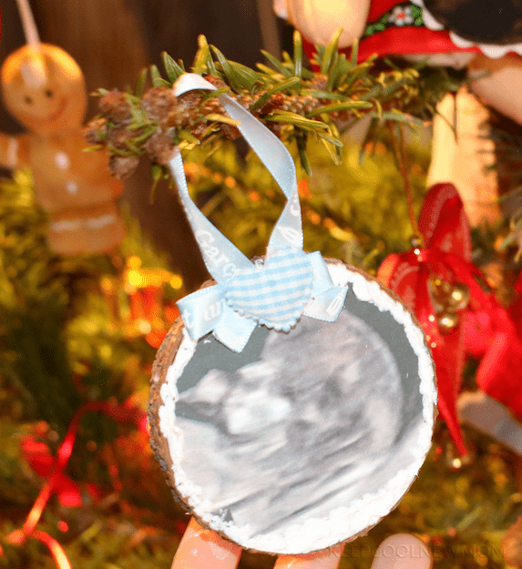 Annoncer sa grossesse à Noël avec un rondin en bois