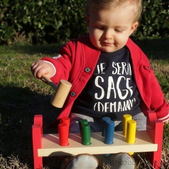 Axel avec son établi aplati : sélection des jouets en bois Petits Chats