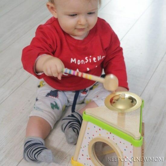 Axel avec son éveil musical : sélection des jouets en bois Petits Chats