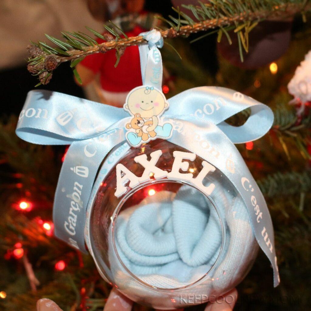 DIY boule de Noël annonce grossesse avec chausson bébé