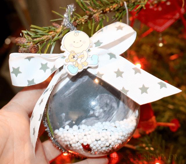 Boule de Noël avec embellissements pour annoncer sa grossesse