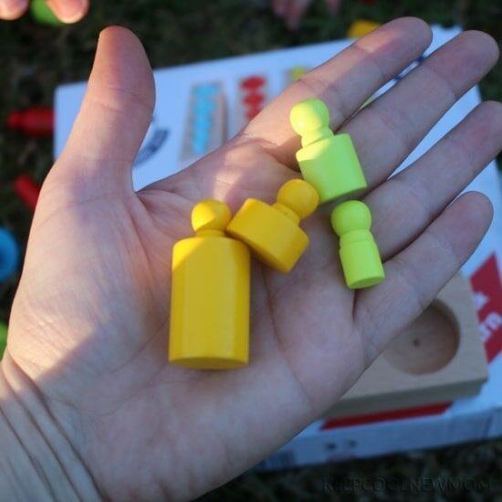 Axel avec son jouet avec poids : sélection des jouets en bois petits chats