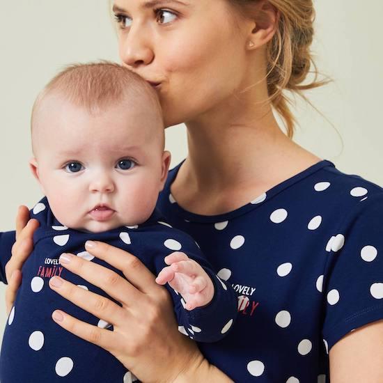 Kit à offrir comme cadeau maternité composé d'une nuisette et d'un body bébé