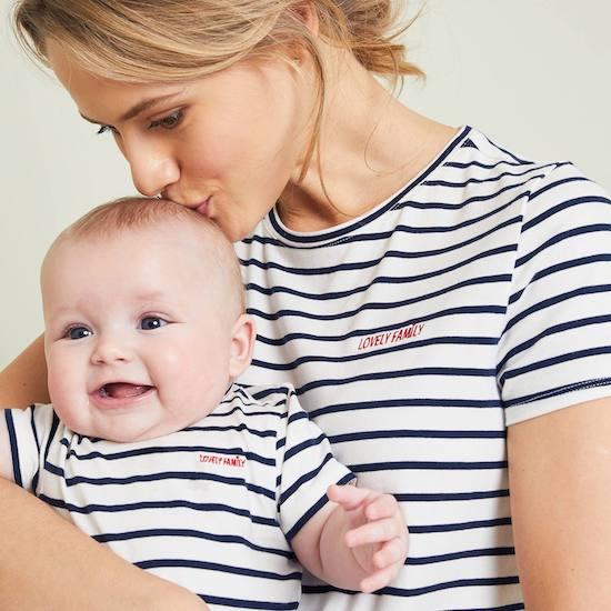 Kit à offrir comme cadeau maternité composé d'un grand t-shirt et d'un body bébé