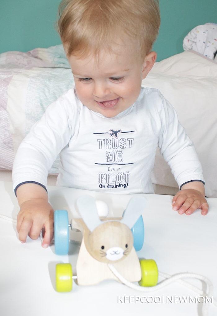 Jouet lapin sautillant pour enfant présent dans la ludothèque Lib&Lou