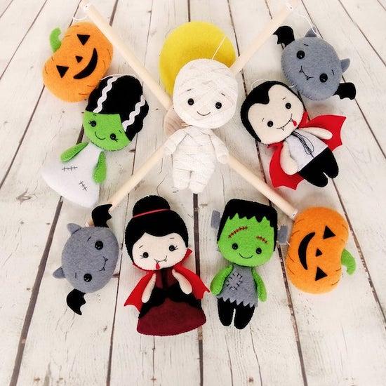 Mobile bébé avec personnages Halloween : citrouille, chauve souris, dracula ... - Créatrice ETSY : BelkaUA