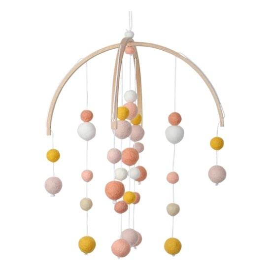 Mobile en boisavec petites boules de la marque Calm fera sensation dans une chambe bébé naturelle ou chambre cocooning
