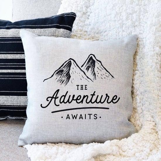 Coussin adventure pour décorer une chambre bébé montagne - Créatrice ETSY : RoseGoldRebel