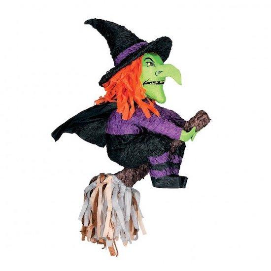 Une effrayante pinata de sorcière sur son balais pour la fête d'Halloween