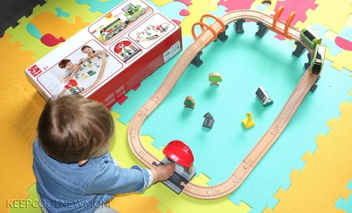 La marque Les Amis Monstres propose dans sa boutique le circuit de train en bois solaire de la marque Hape Toys