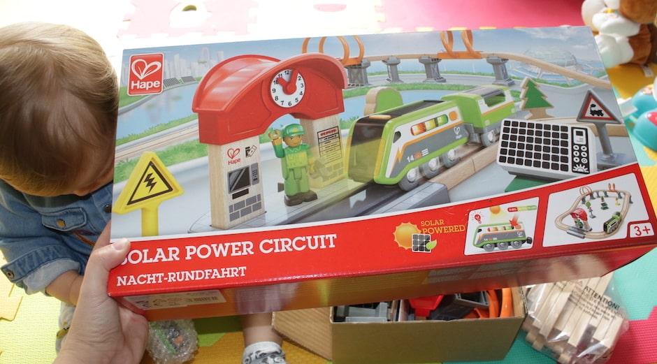 La marque Les Amis Monstres propose dans sa boutique le circuit de train en bois solaire de la marque Hape Toys qui revisite l'incontournable circuit de train électrique